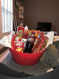 red basket gift idea for boyfriend food Diy Best Friend Gifts, Cute Gifts For Friends, Birthday Gifts For Boyfriend Diy, Cute Boyfriend Gifts, Boyfriend Gift Basket, Bestie Gifts, Cute Birthday Gift, Happy Birthday Gifts, Birthday Gifts For Best Friend