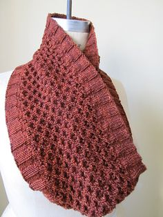 Hourglass Cowl free pattern by Leslie Weber