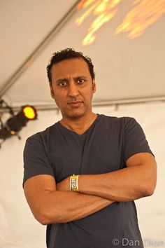 Portrait of comic Aasif Mandvi by photographer Dan Dion.