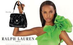 RALPH LAUREN  Cudowna sukienka, którą można postrzegać dwojako. Albo jako kunsztowny wytwór wyobraźni twórcy, albo cud natury, porastający sałatą ramię somalijskiej piękności, Fatimy Siad. Decydowanie się na tak minimalistyczną reklamę jest zabiegiem tyleż ryzykownym, co innowacyjnym w gąszczu chaosu, w który cyklicznie wprawiane są czasopisma traktujące o modzie przez kreatywnych reklamodawców.   Więcej na Moda Cafe!