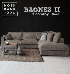 Hoekbank Bagnes II in de kleur grijs. Het is een grote moderne hoekbank met losse kussens en een longchair rechts. De stof is in verschillende kleuren verkrijgbaar. De hoekbank is configureerbaar zodat het perfect in uw woonkamer staat. | HoekbankXXL