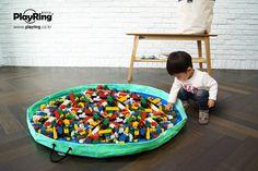 #레고/#블록놀이엔 #플링백이 단짝친구!! 테두리를 손으로 살살 만져 세워주면 작은 블록도 멀리 도망가지 못해요! 레고/블록놀이 할땐 플링백과 함께! 넓게 펼쳐 놀이하면 부품도 한눈에 쉽게 찾고 놀이 후엔 정리도 쉽고 재미있답니다 ^-^ 놀이가 끝나면 끈만 쭈~욱~ 잡아 당겨주면 정리 끝!!  www.playring.co.kr  놀이는 더 재미있고 정리는 놀이처럼 재미있게! 플링백으로 한번에 OK! #PlalyRing #plringbag #플레이링 #플링백