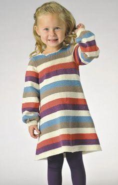 Den søde pigekjole er strikket i et praktisk og blødt blandingsgarn af bomuld og uld
