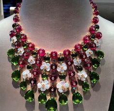 So beautiful right on trend! Bulgari Jewelry, Pearl Jewelry, Vintage Jewelry, Jewelry Necklaces, High Jewelry, Unique Jewelry, Italian Jewelry, Emerald Diamond, Bvlgari