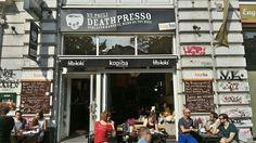 Hamburg für Verliebte---Wo befindet sich das Deathpresso: Das Deathpresso befindet sich am Rande von St.Pauli. Die nächste U-Bahn-Station heißt Feldstraße und ist mit der U3 zu erreichen. Ihr könnt auch mit der U3 bis zur Haltestelle Sternschanze fahren und schon mal ein bisschen Schanzenviertel-Luft schnuppern. Auch von dort ist es nämlich nicht weit zum Deathpresso.