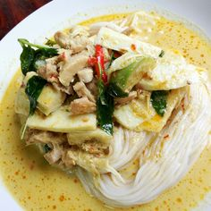 Rice Noodles with Chicken green curry (ขนมจีนแกงเขียวหวานไก่)