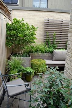 Design tips and ideas for small gardens - what you need to consider - Gartengestaltung - bepflanzung Courtyard Landscaping, Small Courtyard Gardens, Small Courtyards, Small Backyard Landscaping, Terrace Garden, Walled Garden, Small Gardens, Outdoor Gardens, Small Balconies