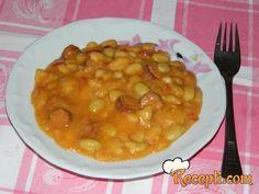 Recept za Zapečeni pasulj sa kobasicama. Za spremanje ovog jela neophodno je pripremiti pasulj, luk, papriku, začine, kobasice, ulje, brašno, alevu papriku.