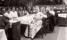 Vrouwenkiesrecht. Diner in Krasnapolsky tijdens de betogings bijeenkomst voor vrouwenkiesrecht. Aan tafel zitten ook vrouwen in klederdracht. Amsterdam 1916 #NoordHolland #WestFriesland