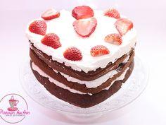Tort z truskawkami i śmietaną