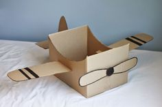 Cardboard Box Airplane (Repeat Crafter Me) - Basteln Ideen Cardboard Airplane, Cardboard Car, Cardboard Box Crafts, Cardboard Box Ideas For Kids, Cardboard Playhouse, Cardboard Furniture, Cardboard Costume, Repeat Crafter Me, Diy For Kids