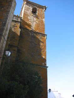 Es realmente difícil fotografiar la Torre de la Iglesia completa dadas sus dimensiones.