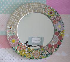 Quadro de Mosaico e Espelho Bee, com flores em tons de rosa e amarelo e fundo em tons de creme. <br>Peça Única, Design exclusivo, feito pela mosaicista Tainah Neves. <br> <br>Mosaico feito à mão comPastilhas Cristal, Pastilhas de Vidro Reciclado, Pastilhas de Vidro, Pastilha Murano, Azulejo, Pastilhas Especiais Importadas, Apliques de pedras e vidro. <br> <br>Acompanha um lindo envelope protetor de feltro. <br> <br>Dimensões: 33,5 cm de diâmetro, espessura 1,3 cm. <br>Espelho: 21 cm de…