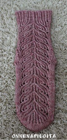 Lifestyle- blogi, sisältää juttuja puutarhasta, käsitöistä, sisustamisesta ja hyvinvoinnista. Diy Crochet And Knitting, Knitting Socks, Crochet Top, Knit Socks, Boot Cuffs, Mittens, Wool, Handmade, Lifestyle