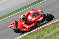 Loris Capirossi - İstanbul Park / 2007. It is perhaps because the bikes in 2013 had 30% more kinetic energy but riding position seems to have changed since the 990's. 2013 was all about lower centre of gravity and counteracting centrifugal force. The 990's were more about staying on and focus on looking where to exist the corner?