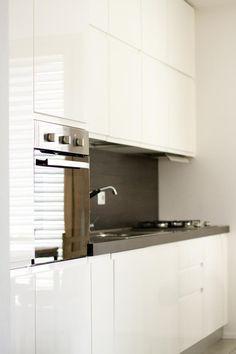 Cucina ad angolo, pensili laccati bianchi, basi texture effetto ...