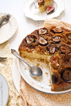 Upside-down cake with figs. Moist, tender, sweet and beautiful texture, everything I look for in an upside down cake. Fig Recipes, Sweet Recipes, Arabic Chicken Recipes, Dessert Drinks, Dessert Recipes, Just Desserts, Delicious Desserts, Fig Cake, Sweet Cakes