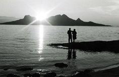 Par i solnedgang Landegode, Midnattsol, 1960. Ukjent fotograf. Mountains, Nature, Travel, Naturaleza, Viajes, Trips, Off Grid, Natural, Mother Nature