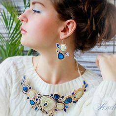 Кто прекрасней всех на свете? Тот кто одевает украшения от @annvaschyk ☺️Сутажный комплект из колье и серег. Основные материалы: сутажная тесьма, керамическая мозаика, бисер Японский #колье #серьги #handmade #hand_made_gold #hand_md #jewelry #necklace #earrings #oneinamillion
