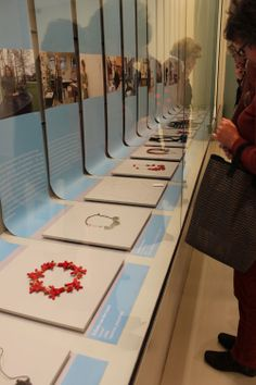 Nice display idea with single sheet of paper   Klimt02: Chain Reactions jewelry show in the Netherlands