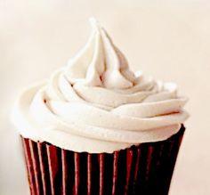 """Cette crème au beurre des tricheuses est si bonne et si facile. C'est une recette de """"tricheuse"""" de base que j'utilise souvent pour décorer les gâteaux couvert de pâte à sucre (ou pas). Depuis sa publication sur le blog elle est devenue un"""