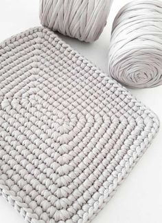 This free crochet bean bag pattern is comprised of six simple squares and stuffed with inexpensive household items to create a high-end looking piece of DIY furniture. Crochet Rug Patterns, Crochet Basket Pattern, Granny Square Crochet Pattern, Crochet Designs, Crochet Stitches, Crochet Home Decor, Crochet Crafts, Crochet Projects, Free Crochet