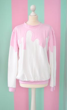 White fairy kei pullover with pink sauce ! A sweet sweatshirt for an everyday look.This would look good with jeans or you could get a bit crazy with it an wear it with lime green pencil skirt and a pair of bright yellow booties. Pastell Fashion, Pastell Goth Outfits, Pastel Goth Fashion, Kawaii Fashion, Cute Fashion, Diy Fashion, Ideias Fashion, Pastel Goth Clothes, Fashion Goth