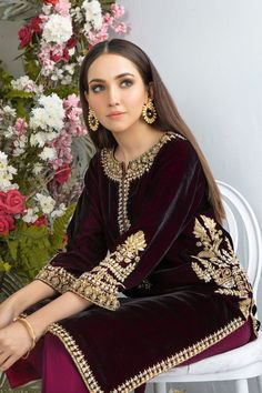 Velvet Pakistani Dress, Pakistani Formal Dresses, Pakistani Fashion Party Wear, Pakistani Dress Design, Pakistani Outfits, Pakistani Clothing, Bollywood Fashion, Indian Dresses, Indian Fashion