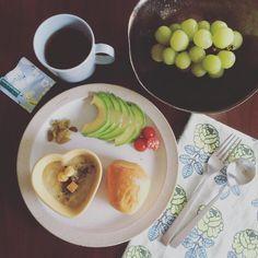 「 ↟.。 Good morning :) Fresh muscat grapes and cream stew for breakfast. 今朝のフルーツはシャインマスカット。美味しすぎて争奪戦! 次女「ぱーし!」(意味:乾杯!) 長女と3人で乾杯しながらの朝食、楽しかったなぁ☺︎︎ ↟.。 #gm… 」