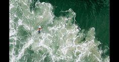 A foto aérea de um surfista na praia Mole, em Florianópolis, foi feita por Chris Schmid, com a ajuda de um drone.  Fotografia: Chris Schmid/National Geographic Traveler Photo Contest.