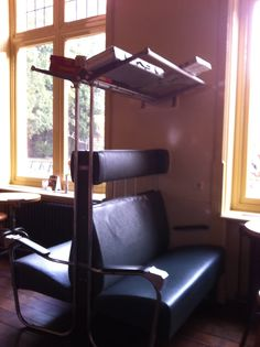 bank uit oude trein, leuk als stoel of leeshoek in huis. Old seats from a dutch train. Nice as a readingcorner in my house. Transportation Design, Dutch, Restaurants, Chair, Nice, Room, House, Furniture, Home Decor