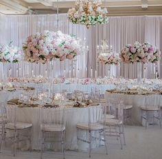 Wedding reception, montage Laguna, floral arrangements, floral centerpieces, white decor, chandeliers, table settings