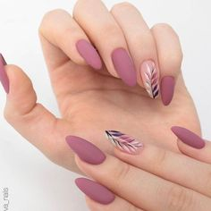 Semi-permanent varnish, false nails, patches: which manicure to choose? - My Nails Gradient Nails, Holographic Nails, Matte Nails, Matte Almond Nails, Acrylic Nails Almond Short, Almond Nail Art, Matte Gold, Solid Color Nails, Nail Colors