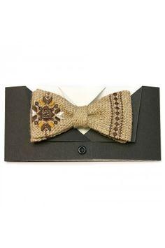 Нестандартна краватка-метелик зі справжньої мішковини з вишивкою гладдю у коричневій гамі. Упаковка з чорного авторського картону складається з двох частин, що імітують піджак і сорочку. Tatting Necklace, Tatting Jewelry, Lace Jewelry, Tatting Lace, Bow Tie Wedding, Classic Man, Blackwork, Embroidery Stitches, Cross Stitch