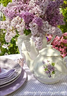 Afternoon tea in the spring garden Nachmittagstee im Frühlingsgarten Dresser La Table, Deco Nature, My Cup Of Tea, All Things Purple, Spring Garden, High Tea, Afternoon Tea, Tea Time, Floral Arrangements