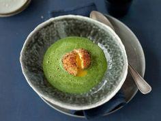Cremige Spinatsuppe mit gebackenem Ei ist ein Rezept mit frischen Zutaten aus der Kategorie Blattgemüse. Probieren Sie dieses und weitere Rezepte von EAT SMARTER!