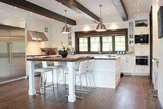 Armoires Design Plus Open Plan Kitchen, New Kitchen, Kitchen Dining, Kitchen Decor, Armoire Design, Cabinet Design, Pergola On The Roof, American Kitchen, Log Homes