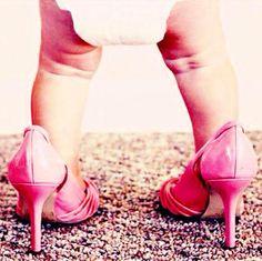 Früh übt sich, wer beim Laufen in High-Heels gut werden will.