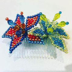 Colores!! Peineta de dos floress.. lucen divinos.. Combínalos con tu vestido de baño para este verano #flores #colors #peineta #tembleques #hairstyles #hair #look #moda #souvenir #panama #summer