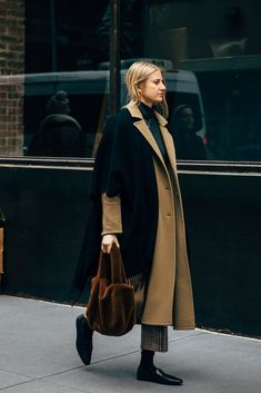 The Best Street Style at New York Fashion Week New York Fashion Week Day 5 Nyfw Street Style, Autumn Street Style, Cool Street Fashion, New York Fashion, London Fashion, Casual Winter Outfits, Fall Outfits, Cardigan Blazer, Winter Mode