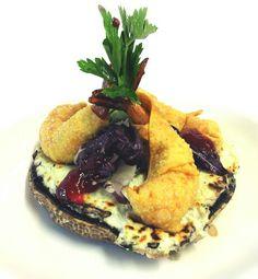 Hongo portobello con queso de cabra y roquefort, camaron en wonton y mermelada de frambuesa