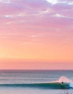 Нежный  цвет  моря  и  розовое  небо  так  величественны,  а  человек -  лишь  малая  точка  в  этой  стихии.