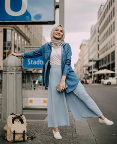 white top tucked in pastel blue pleated pants, oversized denim shirt as outerwear (pelin_sarkaya) - Hijab Clothing Ootd Hijab, Hijab Chic, Hijab Mode, Casual Hijab Outfit, Denim Top Outfit, Wide Pants Outfit, Denim Ootd, Hijab Jeans, Denim Blouse