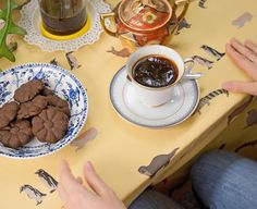 El cafecito que levanta el final de la mañana luego de una noche desvelada junto a Aurelio. También levanta mucho el Manto Fiel Fresco en amarillito  _