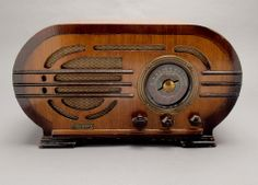 """Silver Model 139 """"To-Na-Coustic"""" Oval Tube Radio Antique Radio, Antique Shops, Vintage Music, Vintage Love, American Pickers, Retro Radios, Music Radio, Phonograph, Happy Campers"""