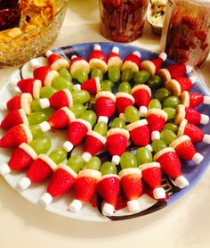 Grinch fruit kabobs I made (fruit kebabs display) Christmas Party Food, Christmas Brunch, Xmas Food, Christmas Breakfast, Christmas Appetizers, Christmas Cooking, Christmas Desserts, Christmas Fruit Ideas, Grinch Fruit Kabobs