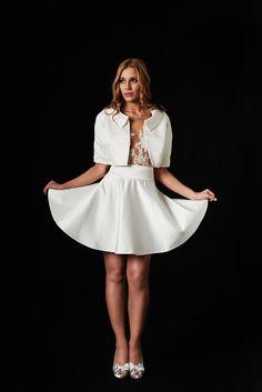 Dein kurzes Outfit für das Standesamt. Ohne die Jacke wirkt das Outfit frech und jung. Mit der Jacke kreiert man einen eleganten und schlichten Look. EMANUEL HENDRIK | Handgemachte Designer Brautmode aus Düsseldorf. Hochzeitskleider, Brautkleider und Anzüge maßgeschneidert für jeden