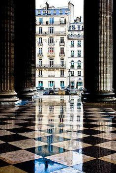 Panteão (Paris)  Situado no topo da Montanha Sainte-Geneviève, colina de Paris no 5e arrondissement, o Panteão foi inicialmente a Igreja de Sainte-Geneviève, construída por Luís XV para abrigar o relicário de Santa Genoveva, padroeira da Cidade de Paris.
