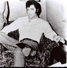 Elvis between takes on the movie set of ( The trouble with girls ) fall 1968.