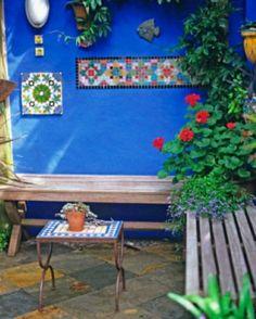 greek gardens | petit-jardin-décoration-bancs-bois-table-mur-peint aménager le petit ...